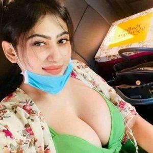 कार में चुदाई की सेक्सी माल की बुर को